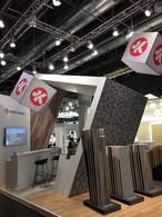 Schräger Blickfang: Der Stand von SWISS KRONO TEX präsentiert die neue KRONOTEX Laminatkollektion.