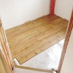 Ann-Christin Weber verlegte die ersten Quadratmeter ihres neuen Laminats in der künftigen Speisekammer.